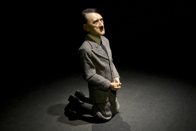 La sculpture de Maurizio Cattelan, représentant Hitler en... (AP, Mary Altaffer)