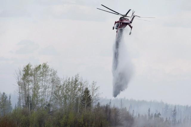 Au moins 27 avions-citernes et 15 hélicoptères participent... (La Presse Canadienne)