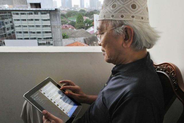 Munis de tablettes électroniques, de téléphones intelligents et... (PHOTO BAY ISMOYO, ARCHIVES AFP)