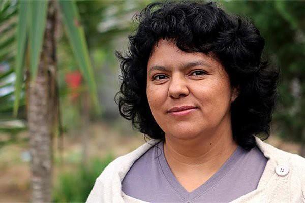 La militante écologiste hondurienne, Berta Cáceres (1973-2016), assassinée...