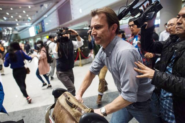 Le reporter de la BBC Rupert Wingfield-Hayes arrive... (PHOTO FRED DUFOUR, AFP)