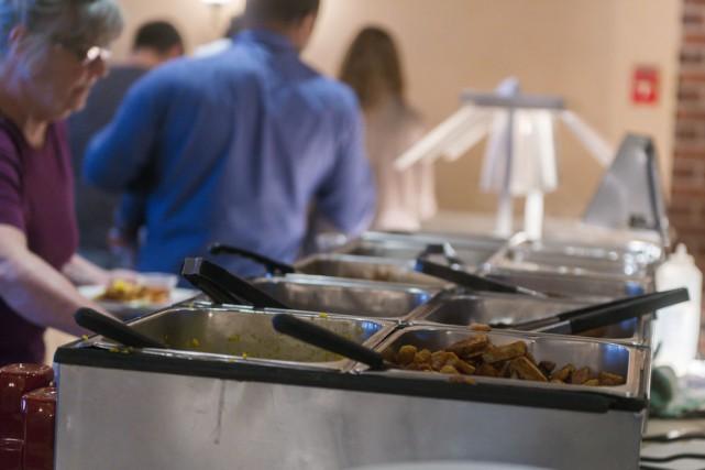 Les 24 employés de la cuisine de l'Hôtel... (Spectre Média, Marie-Lou Béland)
