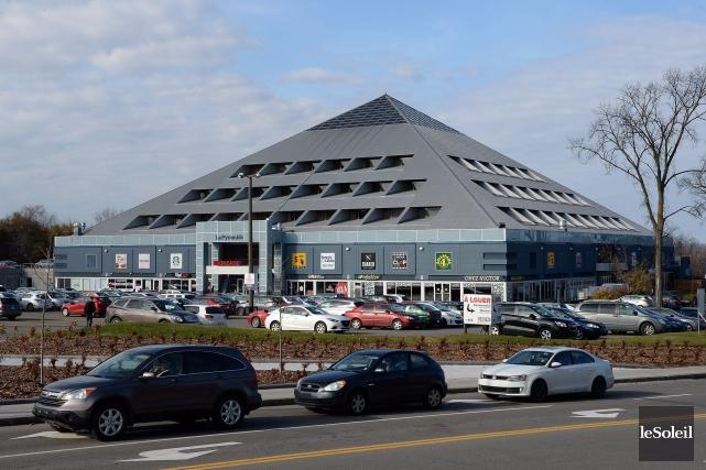Les commerces de la Pyramide de Sainte-Foy, à l'exception du Metro, sont fermés... (Photothèque Le Soleil, Érick Labbé)
