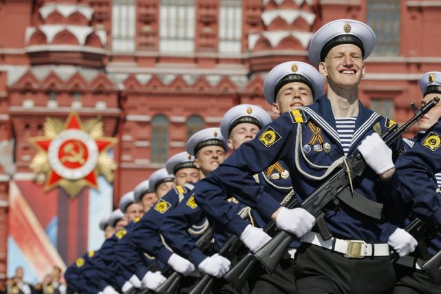 Près de 10000 soldats ont défilé sur les... (PHOTO Alexander Zemlianichenko, AP)