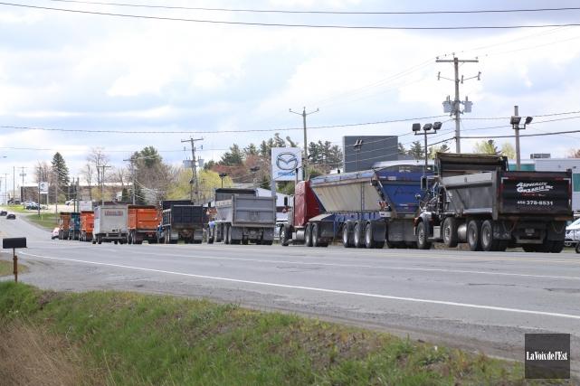 Une quarantaine de camionneurs artisans ont paradé le... (Photo Janick Marois, La Voix de l'Est)