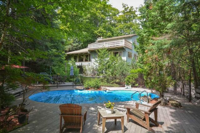 Maison à étages avec piscine et abri d'auto... (Photo fournie par le courtier)