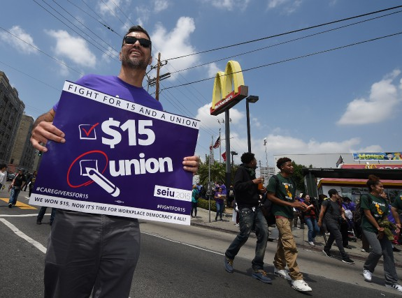 Des manifestants exigeant que le salaire minimum soit... (PHOTO MARK RALSTON, ARCHIVES AGENCE FRANCE-PRESSE)