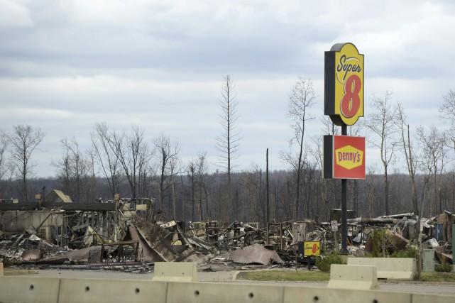 L'incendie a laissé sur son passage des squelettes... (AFP, Jonathan Hayward)