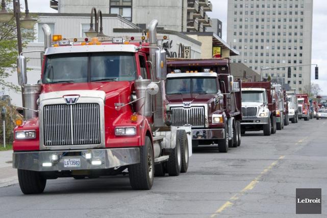 Les camionneurs craignent une perte d'emploi si la... (Martin Roy, LeDroit)