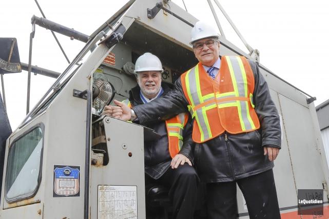 Le premier ministre Phillipe Couillard et le maire... (Photo Le Quotidien, Gimmy Desbiens)
