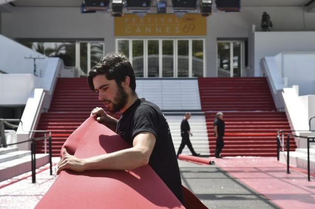 Des employés s'affairaient à installer le tapis rouge... (PHOTO AFP)