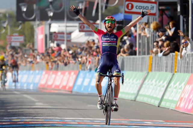L'Italien Diego Ulissi lève les bras au ciel... (Photo Luk Benies, AFP)