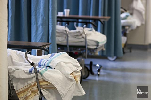 Plus de 3400 patients ont passé plus de deux journées complètes alités sur une... (François Roy, Archives La Presse)