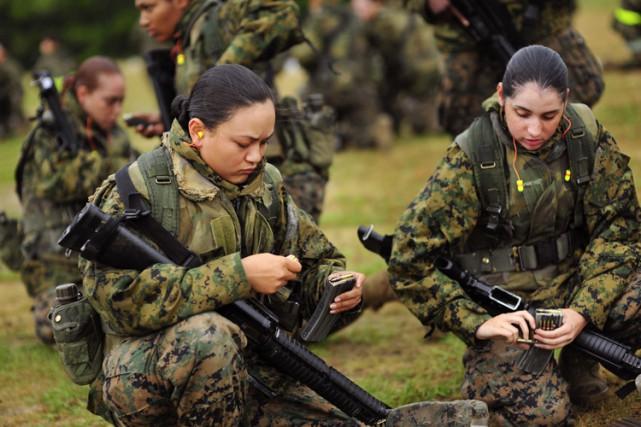 Des femmes militaires se sont fréquemment retrouvées dans... (ARCHIVES AP)