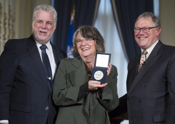 Arlette Cousture est entourée du premier ministre,Philippe Couillard,... (La Presse Canadienne, Jacques Boissinot)
