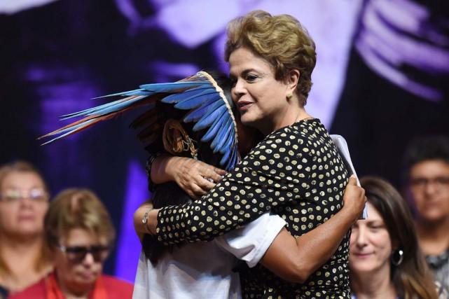 La présidente Dilma Rousseff fait une accolade à... (PHOTO EVARISTO SA, ARCHIVES AFP)