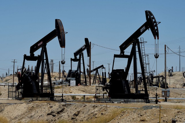 Les cours du pétrole progressaient fortement mercredi en fin d'échanges... (PHOTO MARK RALSTON, ARCHIVES AFP)