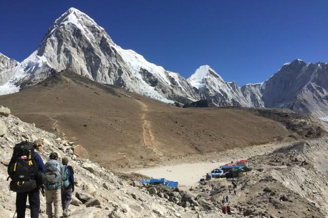Des alpinistes se dirigent vers l'un des deux... (PHOTO KARIN LAUB, ARCHIVES AP)