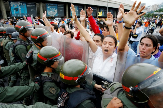 Des partisans de l'opposition se sont heurtés aux... (PHOTO Carlos Garcia Rawlins, REUTERS)