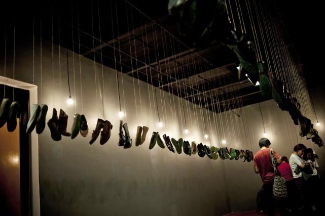 Bottes, baskets, sandales... 86 paires de chaussures sont exposées... (PHOTO AFP)