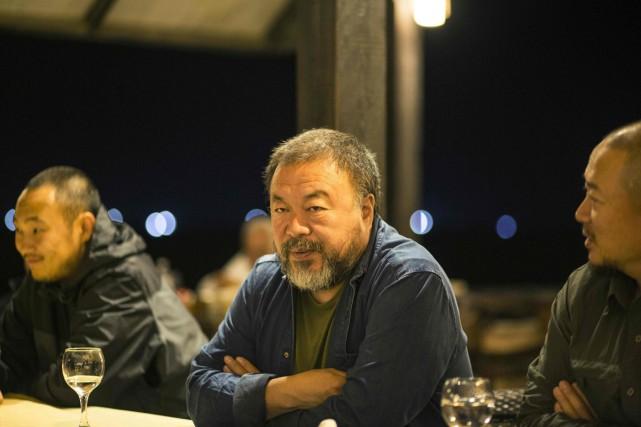 L'artiste Ai Weiwei avec les membres de son... (PHOTO AFP)