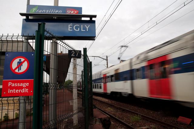 Un train à la station d'Érly, en banlieue... (AP, Christophe Ena)