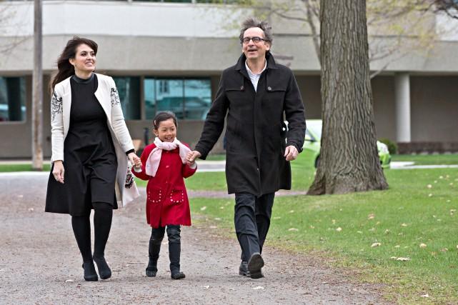 Véronique Hivon, sa fille Iris et son conjoint... (PHOTO PATRICK SANFAÇON, LA PRESSE)