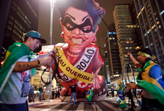 Dans les rues de São Paulo, des gens... (AP, Andre Penner)