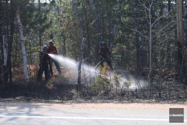 Trois feux de broussaille ont été combattus dans la région mercredi. (Audrey Tremblay, Le Nouvelliste)