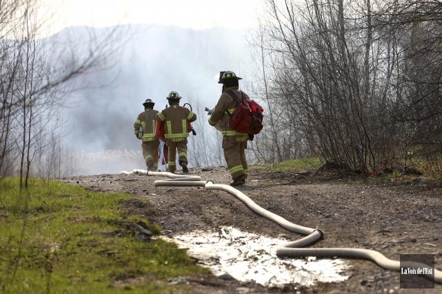 Les pompiers de Granby ont combattu un feu... (Christophe Boisseau-Dion, La Voix de l'Est)
