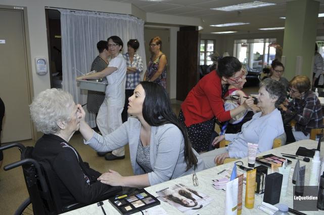 Une quarantaine de personnes aînées ont été dorlotées,... (Photo Le Quotidien, Rocket Lavoie)