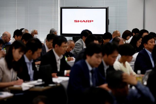 Des journalistes assistent au dévoilement des résultats de... (Photo Toru Hanai, Reuters)