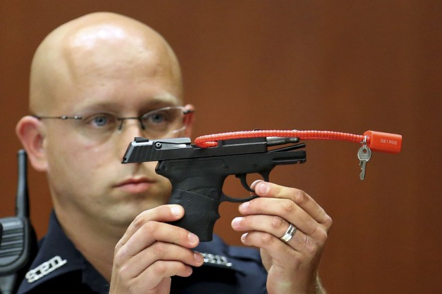 Cette photo tirée des archives montre l'arme qui... (Associated Press/Orlando Sentinel, Joe Burbank)