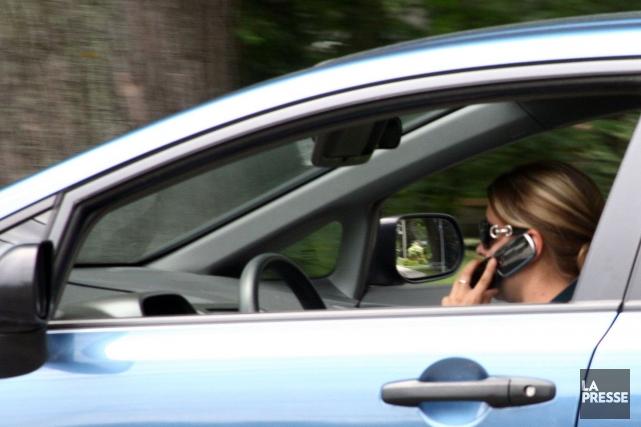 Une autre offensive contre le cellulaire au volant a porté fruit mercredi soir. (Archives La Presse)