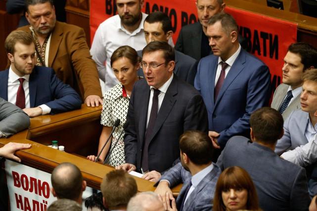 Iouri Loutsenko, au centre, dans un discours donné... (PHOTO AP)