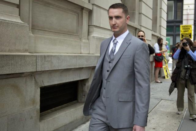 Edward Nero fait partie des six policiers devant... (AP, Jose Luis Magana)