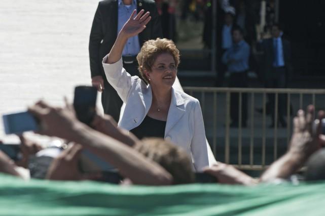 Dilma Rousseff salue ses partisans avant un discours... (AFP, Andressa Anholete)