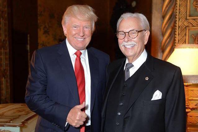 Donald Trump aux côtés de son ancien majordomeAnthony... (PHOTO TIRÉE DE FACEBOOK)