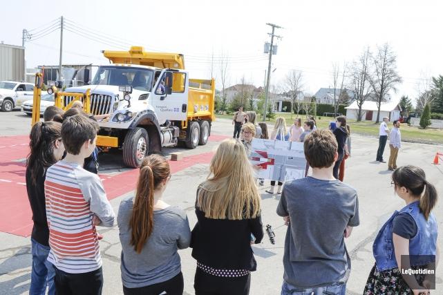 Les élèves ont pu embarquer dans le camion... (Le Quotidien, Gimmy Desbiens)