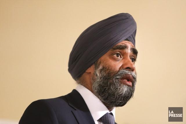 Le ministre de la défense du Canada, Harjit... (Robert Skinner, La Presse)