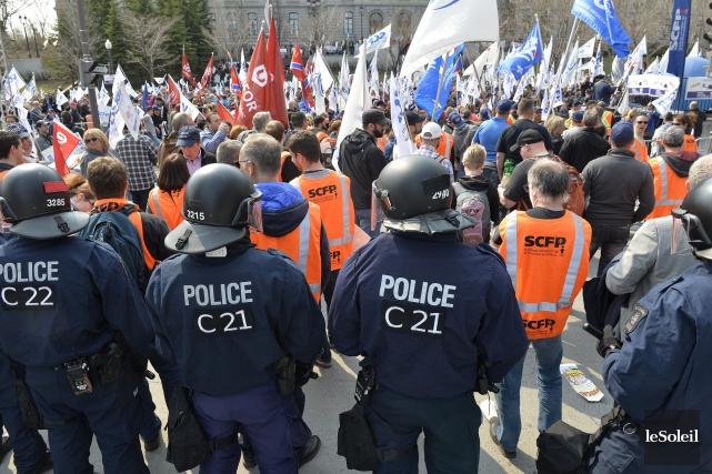 Entre 3000 et 4000 syndiqués ont défilé devant... (Le Soleil, Pascal Ratthé)