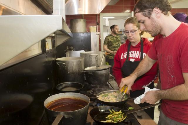 Douze élèves de 14 à 16 ans ont pris charge de la cuisine au restaurant Le Zélé... (Stéphane Lessard)