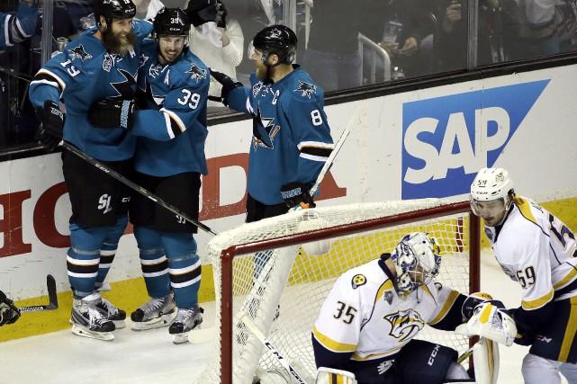 Derrière un Pekka Rinne dépité, Joe Thornton célèbre... (AP, Ben Margot)