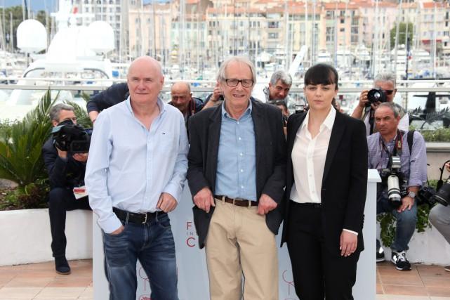 Le réalisateur Ken Loach (au centre) entouré de... (PHOTO AP)