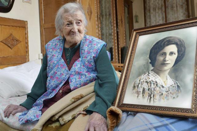 Emma Morano pose à côté d'une toile la... (PHOTO ANTONINO DI MARCO, AP)