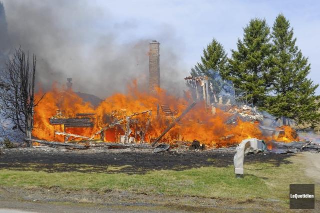 La résidence a été complètement détruite par les... ((Photo Le Quotidien, Gimmy Desbiens))