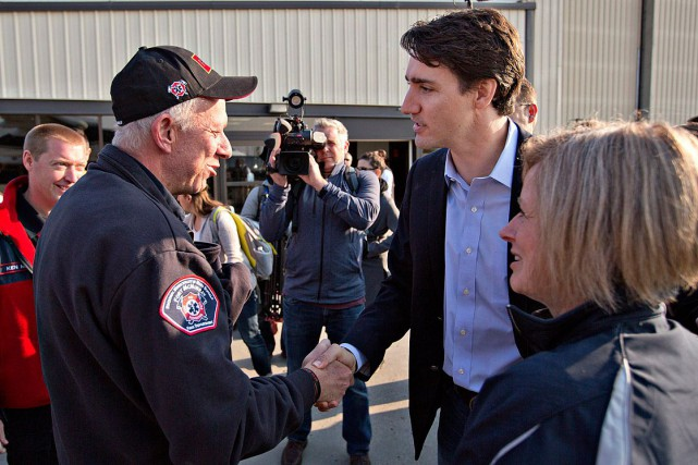 Le premier ministre du Canada, Justin Trudeau, serre... (La Presse Canadienne, Jason Franson)
