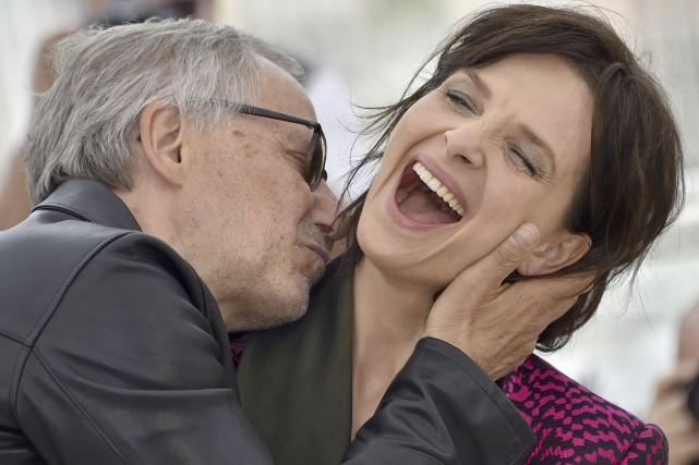 Toujours aussi cabotin, Fabrice Luchini tente d'embrasser Juliette... (AFP, Loic Venance)