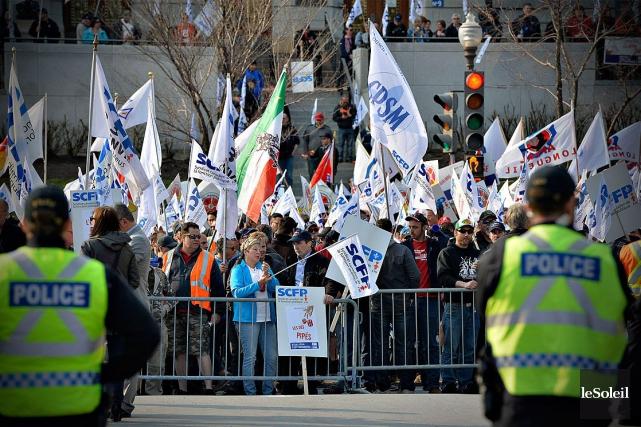 Des centaines de travailleurs qui craignent que les... (Photothèque Le Soleil, Pascal Ratthé)