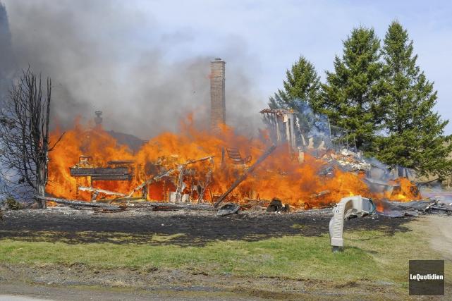 La résidence a été complètement détruite par les... (Le Quotidien, Gimmy Desbiens)
